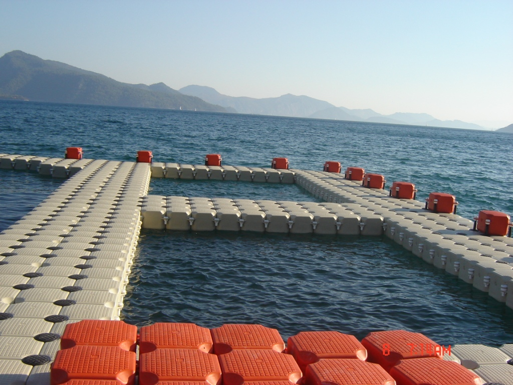 Floating pool photos dock marine europe for Pool floats design raises questions